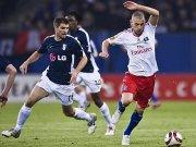 Mladen Petric (re.) im Duell mit Fulhams Aaron Hughes