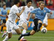 Forlan (re.) vs. Jung-Soo Lee und Sung-Yong Ki (Mi.)