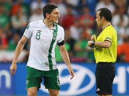Keith Andrews (li.), Referee Cüneyt Cakir
