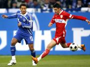 Stuttgarts Ciprian Marica (re.) im Duell mit Schalkes Nationalspieler Jermaine Jones.