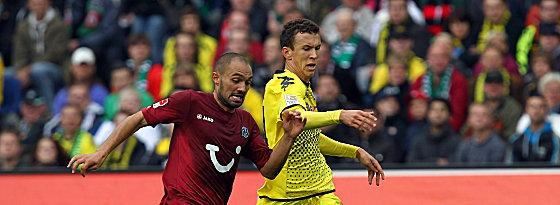 Hannovers Chahed gegen Perisic (re.).