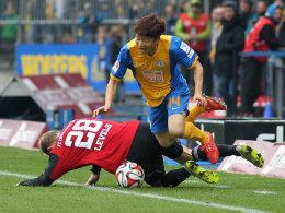 Seung-Woo Ryu im Duell mit Ingolstadts Tobias Levels