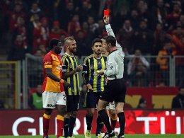 Referee Halis Ozkahya zückt Rot