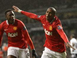 Ashley Young jubelt, links Danny Welbeck