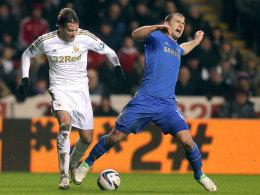Swansea City's Miguel Michu (li.) vs. Chelseas Branislav Ivanovic