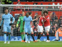 Ashley Young jubelt mit Marouane Fellaini