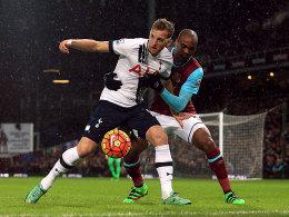 Alles im Griff: Tottenhams Harry Kane im Duell mit Angelo Ogbonna (re.).