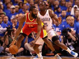 Trotz Temperatur in Bestform: James Harden, hier gegen Reggie Jackson (re.).