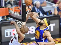 JaVale McGee im Duell mit Richard Jefferson (li.)