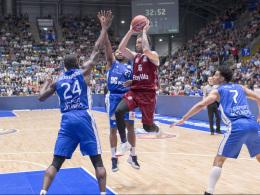 Stefan Jovic (Bayern München, 16), Mike Morrison (24); Quantez Roberts (23) und Shawn Huff (7) (alle Fraport Skyliners)