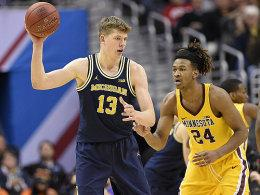 Moritz Wagner gegen Eric Curry (re.)